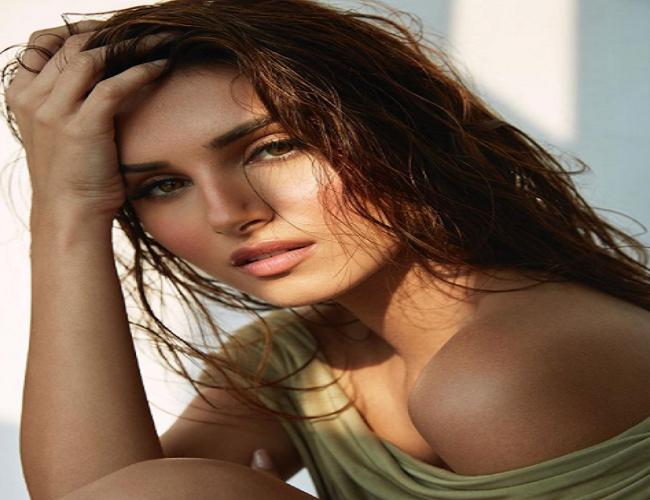 अभिनेत्री तारा सुतारिया की हाॅट तस्वीरें देख चढ़ जाएगा 'फीवर'